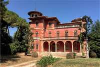<p>Historic villa for sale 250 meters from the sea and the beach of Porto Recanati.</p>