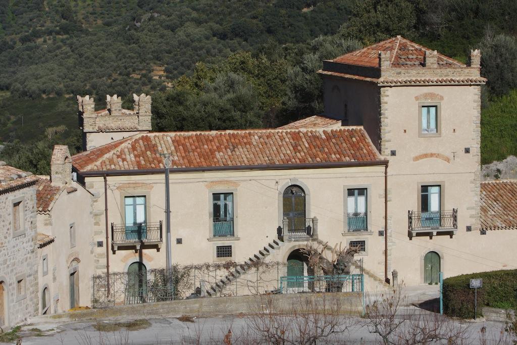 Vendita borgo con villa a messina messina sicilia for Case in vendita rovigo e provincia
