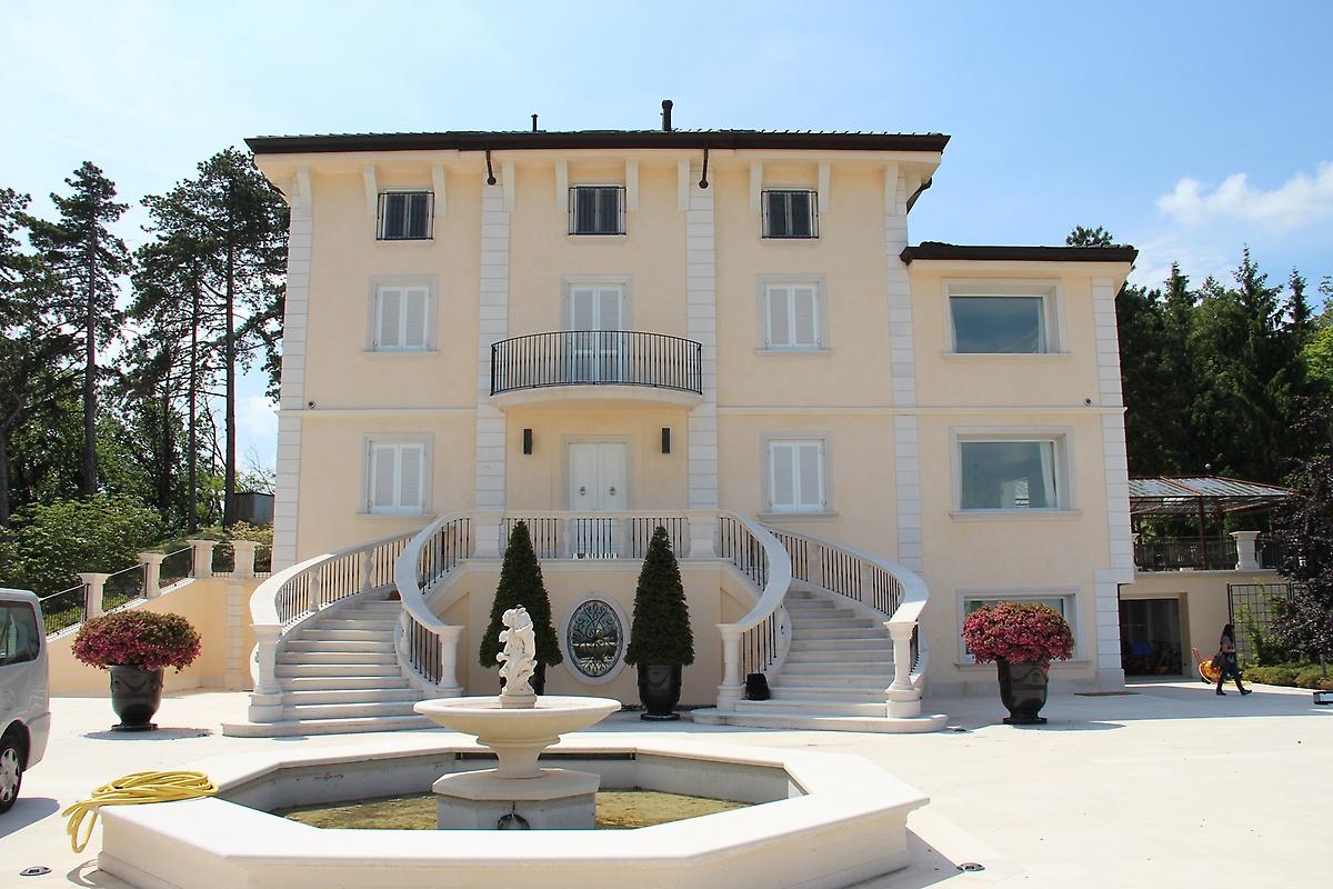 Villa di lusso con tenuta di 200 ettari pavia for Ville moderne di lusso