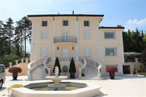 Residenze esclusive immobili in vendita su ville casali for Disegni di ville di lusso