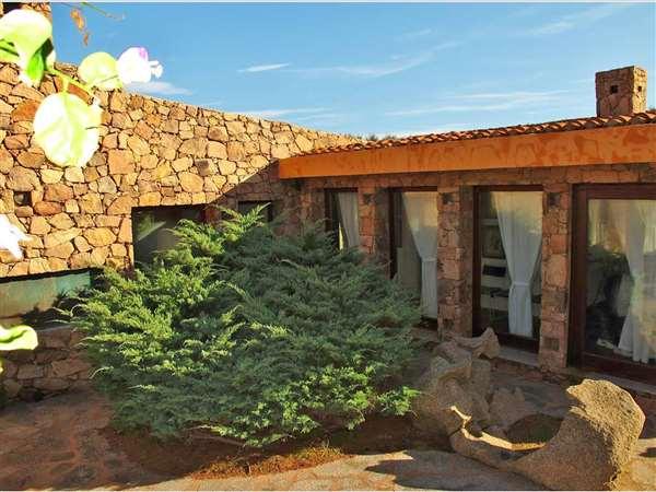Vendita villa di lusso in sardegna con accesso diretto al for Vendita immobili di lusso milano